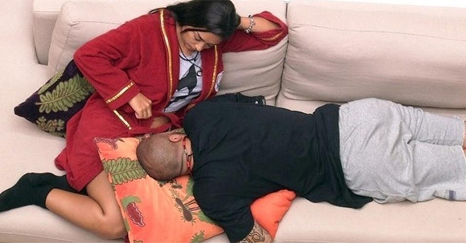 Ai, como eles gostam de deitar um no colo do outro, né? Fernando chegou a declarar para Amanda que gosta dela e de aline. Vixe...