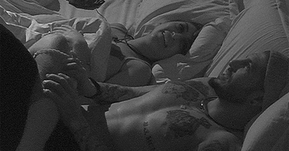 E no quarto do líder, Amanda e Fernando riram muito de alguma coisa. Mas e essa perna aí, hein, Amanda?