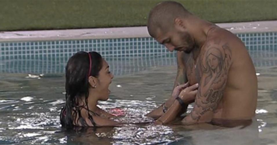Em um dia qualquer, Amanda não perdeu tempo e deu aquela apertadinha no peitoral de Fernando na piscina. Quem nunca?