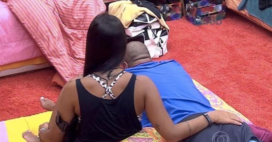 Epa! Amanda deu uma passadinha de mão no bumbum de Fernando, que estava relaxando na cama