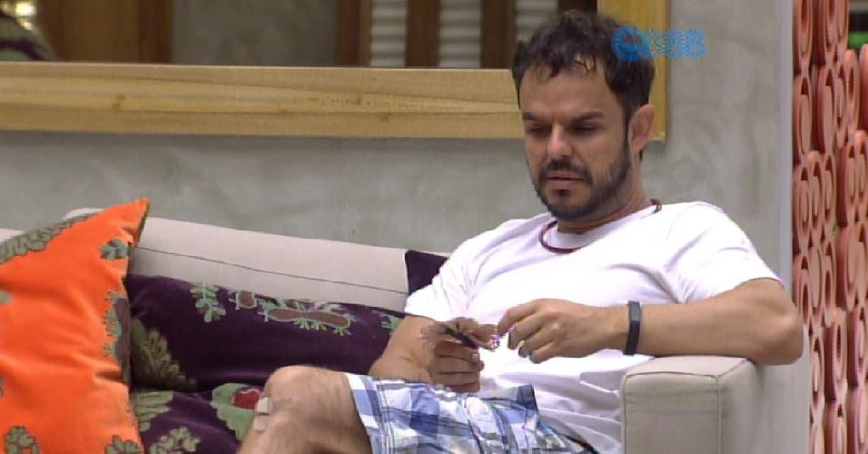 13.mar.2015 - Adrilles reclama da falta de assunto na casa com Mariza, na tarde desta sexta-feira.