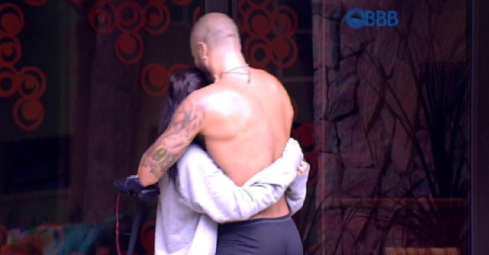 13.mar.2015 - Amanda, emocionada, abraça Fernando, após a vitória do brother na prova de resistência. Ele e Cézar ficaram disputando a prova de resistência por mais de 13 horas