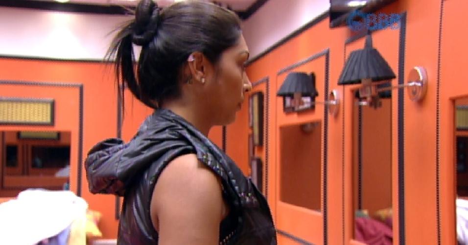 13.mar.2015 - Amanda reclama da entrada de Andressa
