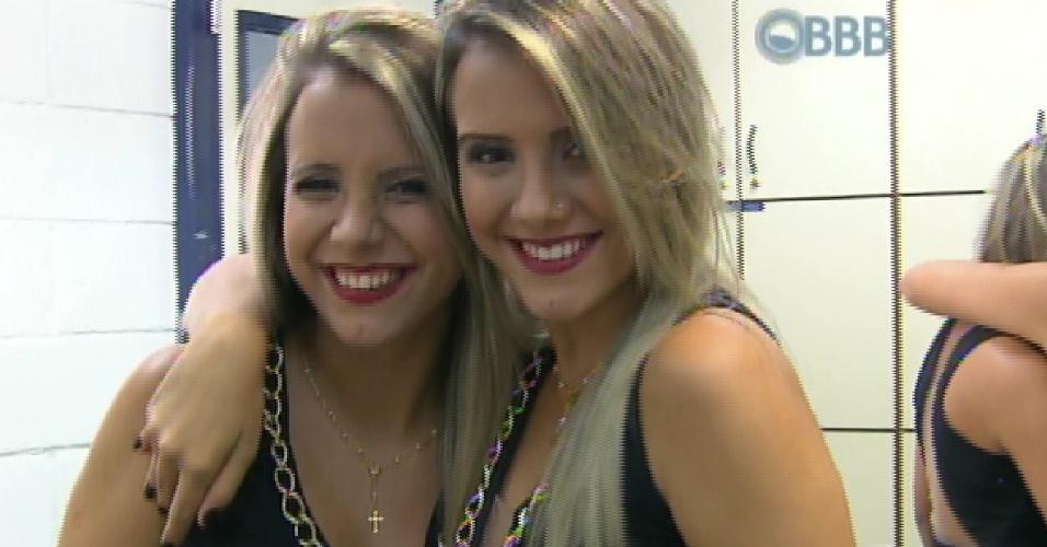 13.mar.2015 - Bial anuncia que gêmeas Amanda e Andressão irão se revezar