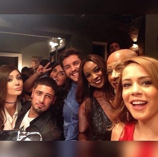 13.mar.2015 - Cris Vianna tira foto com o elenco de