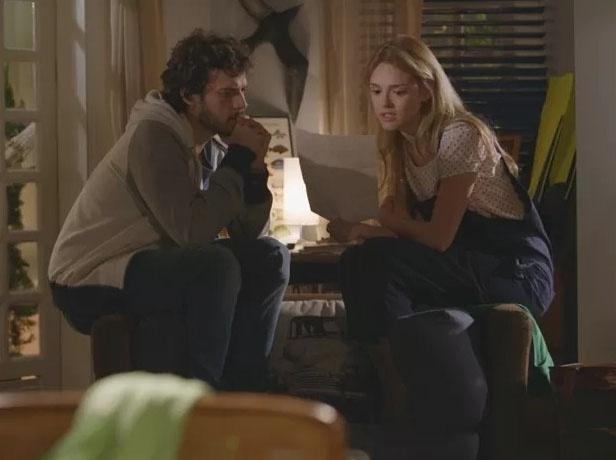 13.mar.2015 - Júlia (Isabelle Drummond) e Pedro (Jayme Matarazzo) recebem uma carta de Lígia (Débora Bloch) contando da morte de Miguel (Domingos Montagner), pai biológico dos jovens