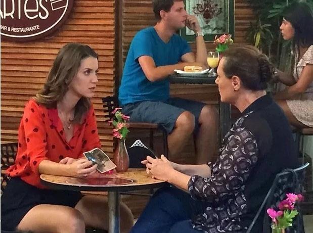 13.mar.2015 - Laura (Nathalia Dill) aproveita a proximidade de Tina (Elizabeth Savala) para tentar descobrir quem é sua verdadeira mãe