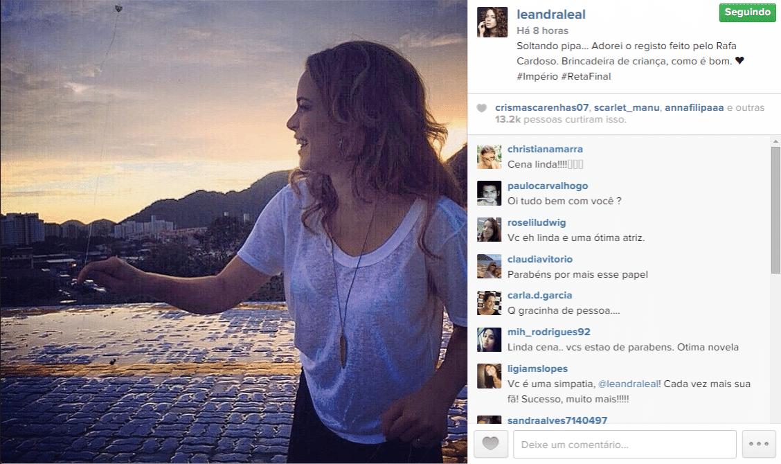 13.mar.2015 - Leandra Leal empina pipa nos bastidores de