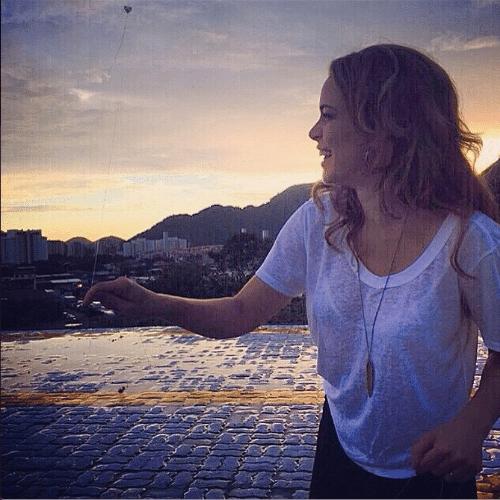 """13.mar.2015 - Leandra Leal empina pipa nos bastidores de """"Império"""". A atriz postou a imagem em sua conta do Instagram na madrugada desta sexta-feira"""