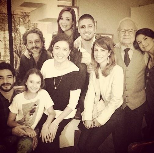"""13.mar.2015 - Maria Ribeiro publica foto com o elenco de """"Império"""""""