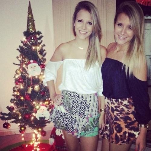 """13.mar.2015 - Nova participante do """"BBB15', Andressa (à esq) posa ao lado da irmã gêmea Amanda. As duas são estudantes de odontologia"""