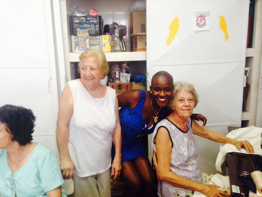 "13.mar.2015 - Quinta eliminada do ""BBB15"", a auxiliar de enfermagem Angélica visita a ONG Apae em Sorocaba (SP)"