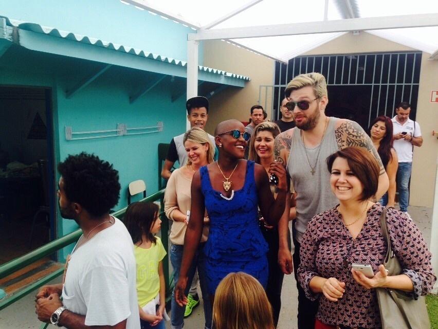 """13.mar.2015 - Quinta eliminada do """"BBB15"""", Angélica visita a ONG Apae de Sorocaba (SP) ao lado do também ex-BBB Cássio"""