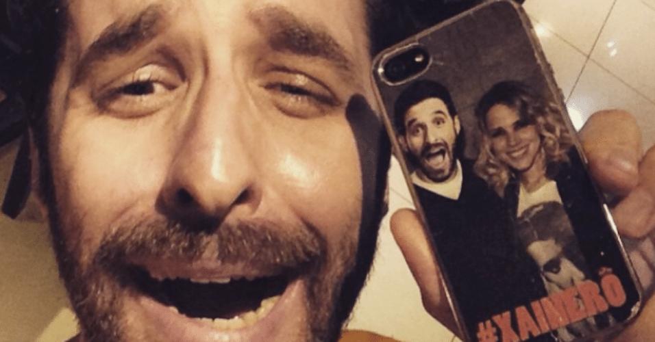 13.mar.2015 - Rafinha Bastos usa uma capa de celular com uma foto dele ao lado da cantora Wanessa e mostra em seu Instagram, na madrugada desta sexta-feira