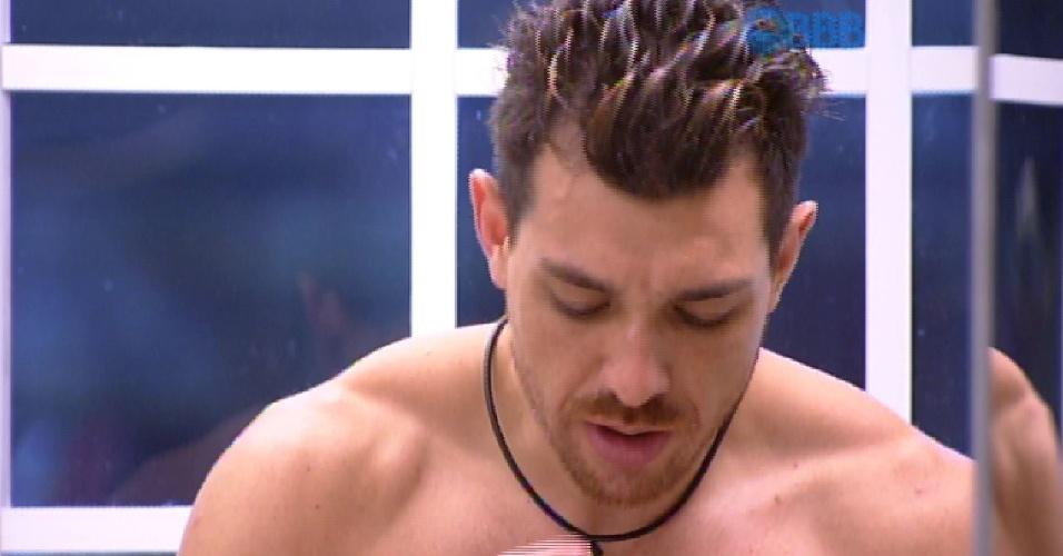 13.mar.2015 - Sozinho na cozinha, Cézar critica Fernando