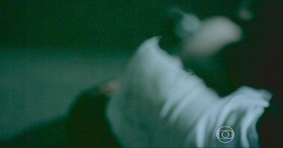 Antes de sair do galpão, o Comendador aponta a arma para o filho caído, mas depois se vira para partir
