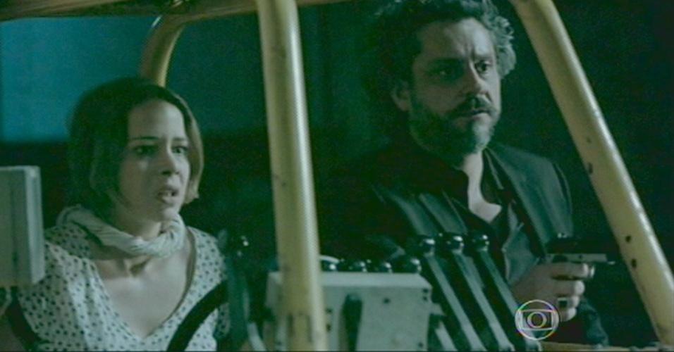 Após a morte de Silviano, Zé desamarra a filha, Cristina