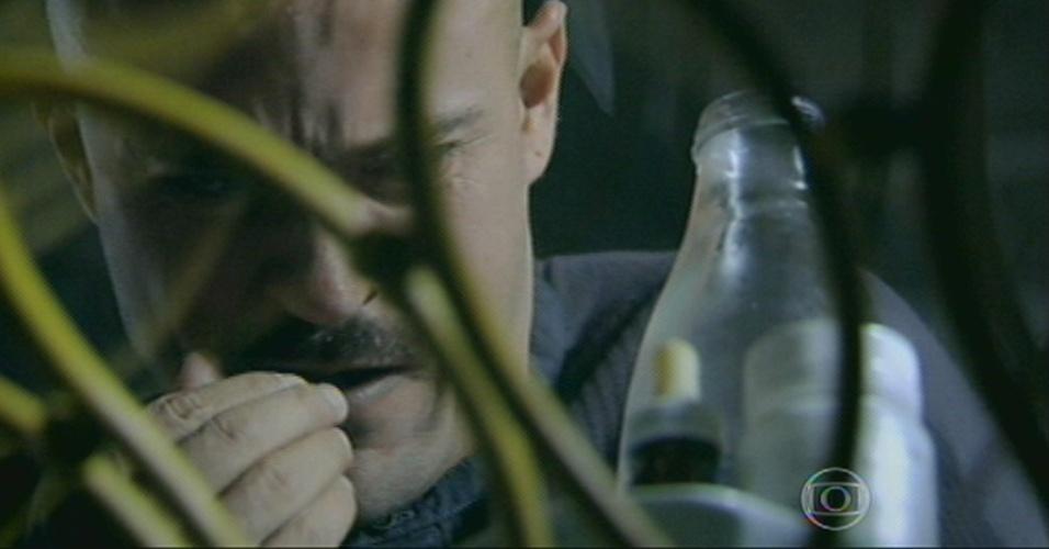 Após guardar a faca na gaveta, Salvador toma sua medicação