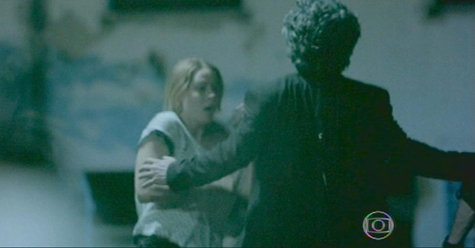 Comendador toma um tiro nas costas, mesmo com Josué ao lado, que não viu nada