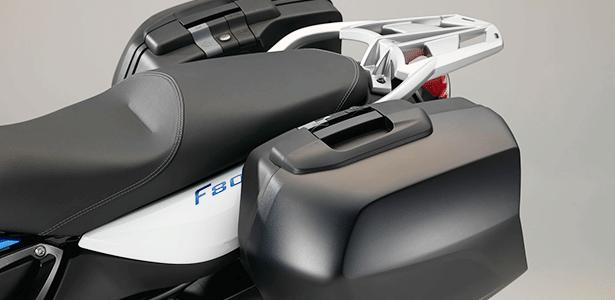 Conjunto de malas laterais são ótimas para viajar, mas fábrica recomenda velocidade max. de 160 km/h