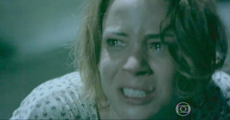 Cristina parte pra cima de Zé Pedro, impedindo o irnão de se matar.