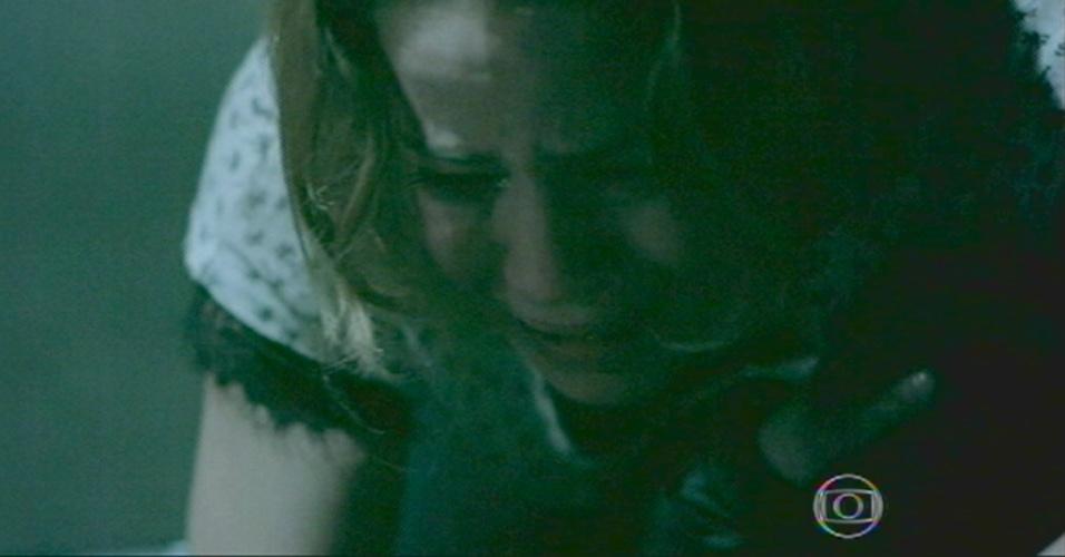 Cristina se desespera ao ver o pai morto