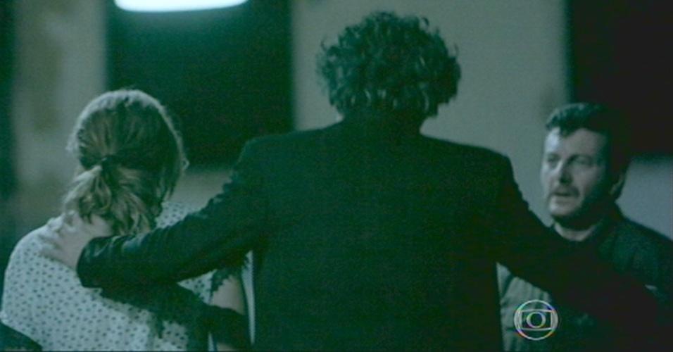 Cristina, Zé e Josué saem do galpão