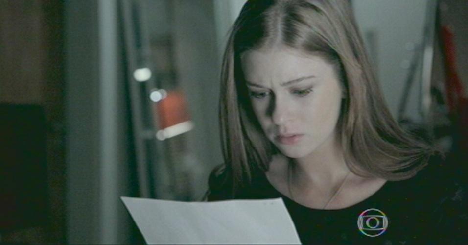 Ísis lê o conteúdo do envelope que Zé deixou com ela