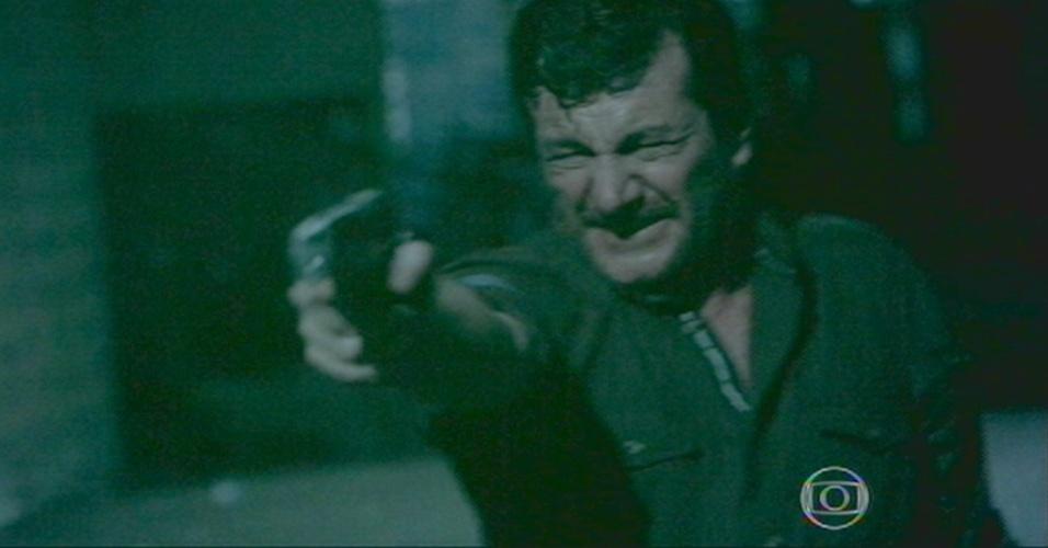 Josué atira em Silviano, antes do mordomo atirar em Zé