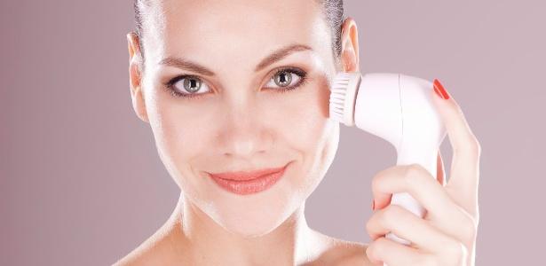 A rápida vibração das cerdas da escova eletrônica facilita a remoção de impurezas - Getty Images