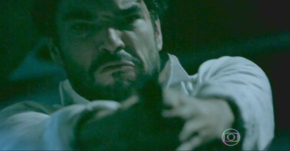 Mas Zé Pedro se levanta com a arma e atira nas costas do Comendador