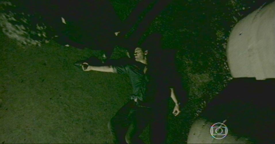 Maurílio fica caído no chão e Zé grita que ele morreu, para desespero de Silviano