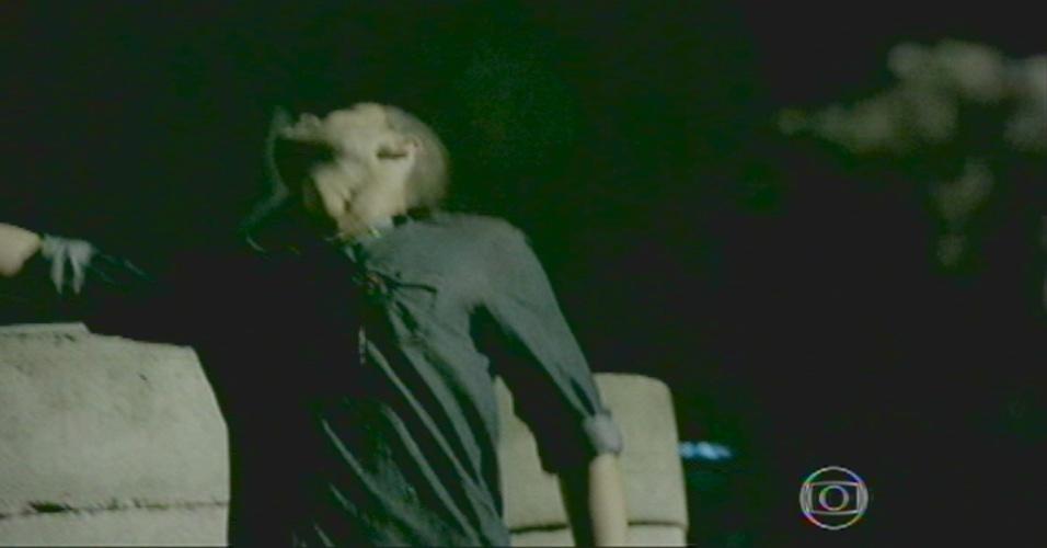 Maurílio toma um tiro de Zé, após Josué distraí-lo com a latinha de Coca-cola