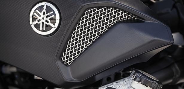 Protetor lateral do radiador com o logotipo da família está disponível para MT-07