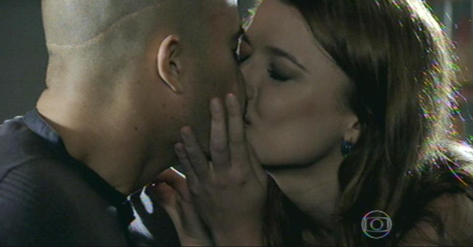 Salvador convida a namorada, Helena, para ir para Paris e os dois se beijam