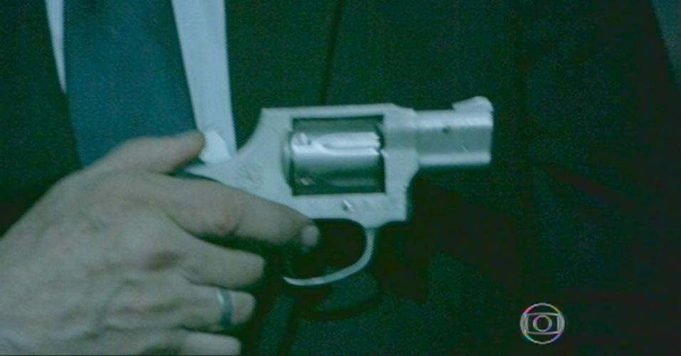 Silviano tira a arma do bolso para atirar no Comendador