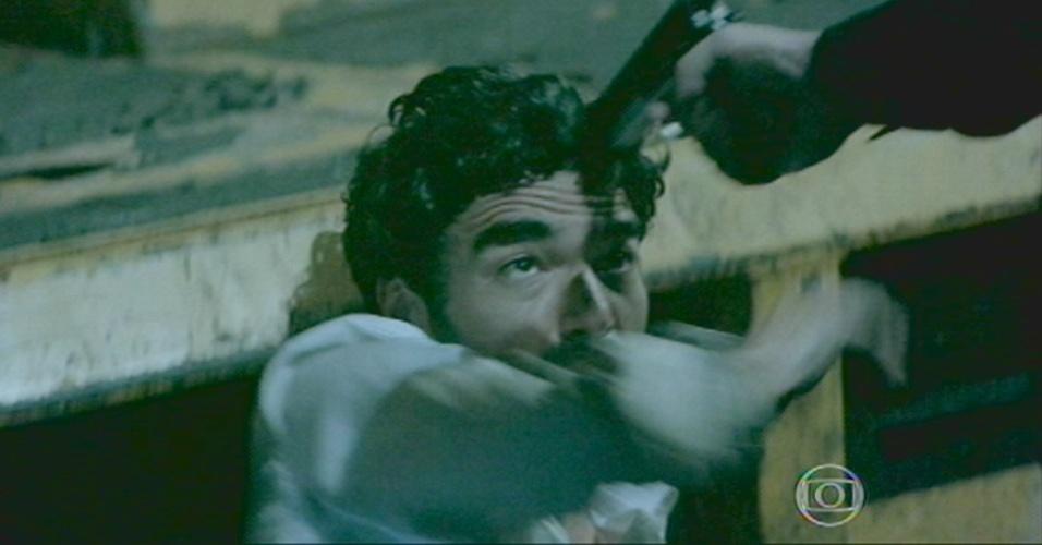 Zé aponta a arma para Zé Pedro