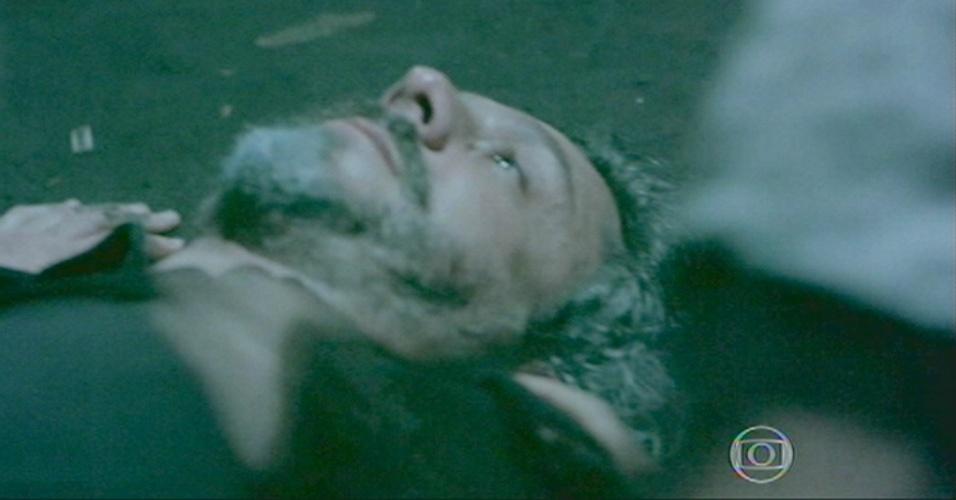 Zé cai no chão, após tomar tiro de Zé Pedro