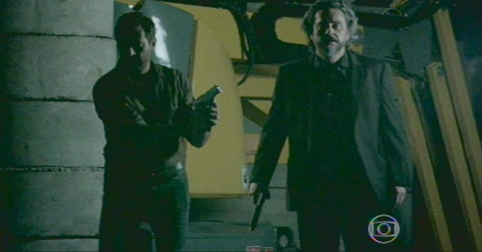 Zé e Josué entram no galpão
