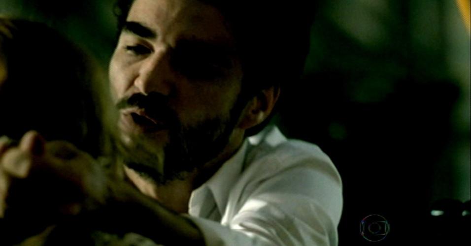 Zé Pedro cospe em Cristina