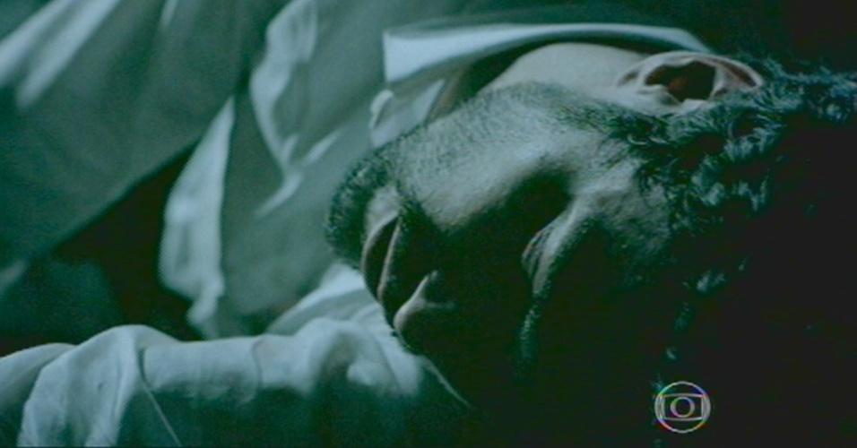 Zé Pedro fica caído, após cair do guindaste