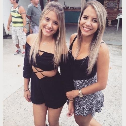 """13.mar.2015 - As gêmeas Andressa e Amanda, de 20 anos, são estudantes de odontologia e entraram no """"BBB15"""" para participar de uma brincadeira com os brothers"""