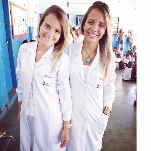 """13.mar.2015 - Estudantes de odontologia, as gêmeas Andressa e Amanda partcipam de uma pegadinha com os participantes do """"BBB15"""""""