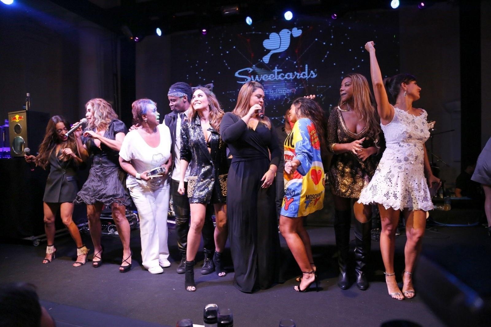 13.mar.2015 - Anitta dança enquanto Preta Gil canta na festa de aniversário da promoter Carol Sampaio e surpreende a plateia no Copacabana Palace Hotel, na zona sul do Rio de Janeiro, na noite desta sexta-feira