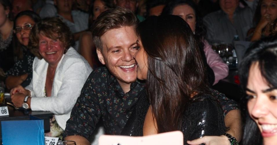 13.mar.2015 - O casal Michel Teló e Thais Fersoza trocam olhares e sorrisos durante a apresentação das duplas sertanejas no Espaço das Américas, em São Paulo