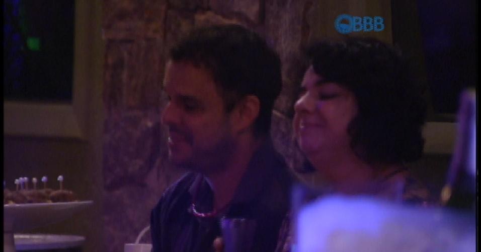 """14.mar.2015 - Adrilles canta música """"Felicidade"""" de Marcelo Jeneci durante a festa"""