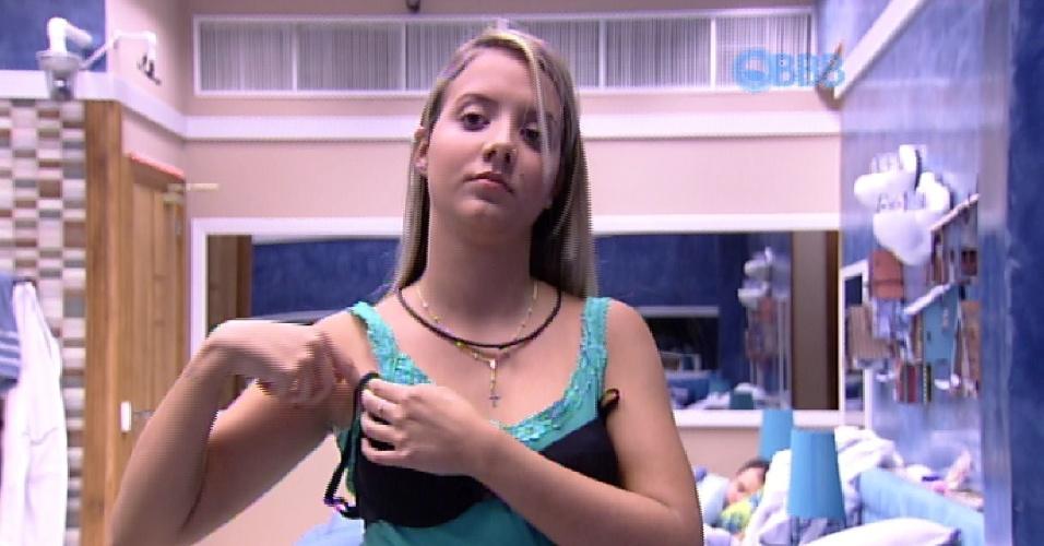 """14.mar.2015 - Amanda, já no lugar da irmã gêmea Andressa, troca de roupa na casa do """"BBB15"""""""