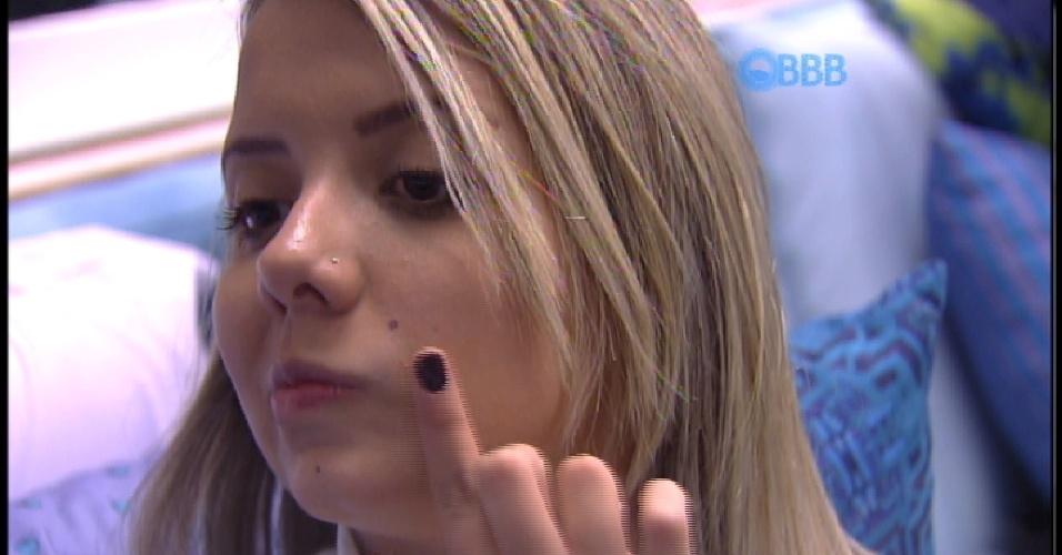 14.mar.2015 - Amanda, que está no lugar de sua irmã gêmea Andressa, acorda e aproveita para retocar a maquiagem e esconder marcas que possam ajudar a descobrir a brincadeira