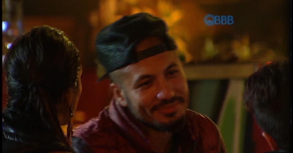 """14.mar.2015 - Amanda, Rafael e Fernando dão risada ao falar dos dotes de Fernando. """"Seu eu não ganhar nada, poso por cinco mil. Tenho contas para pagar lá fora"""", diz produtor cultural"""