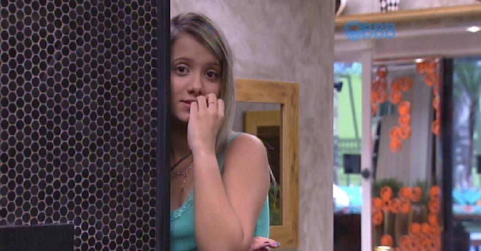 """14.mar.2015 - Andressa, a """"nova sister"""" do """"BBB15"""", pergunta para Rafael como funciona o Raio-X. """"Geralmente a gente senta um pouco no sofá e pensa no que falar"""", responde o brother"""